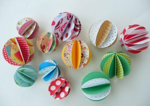 Boules de Noël en papier coloré - (c) Vanille Jolie