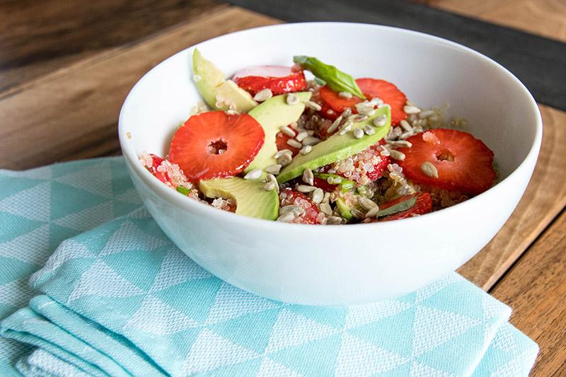 Salade quinoa fraise avocat - Avril sur un fil
