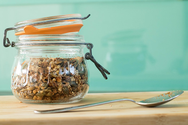 Le granola salé, conservé dans un bocal le parfait.