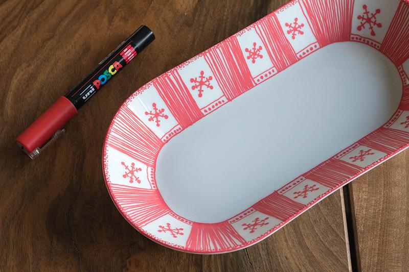 Plat en porcelaine customisé au posca rouge pointe fine - Avril sur un fil