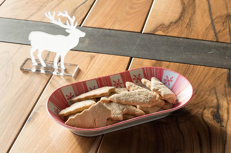 Plat en porcelaine customisé au posca - DIY de Noël - Avril sur un fil