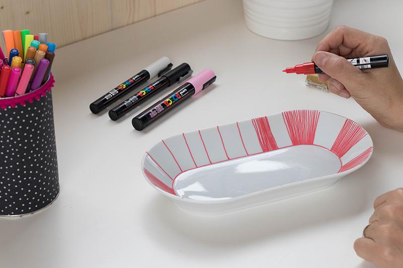 Travail en cours : DIT décore ta porcelaine au posca - Avril sur un fil