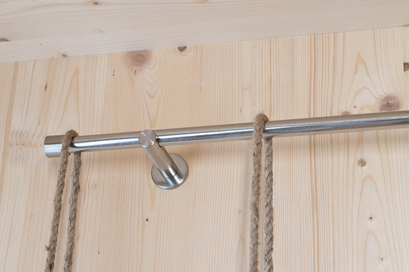 Détail du passage des cordes sur ton étagère suspendue : retrouve le DIY complet sur le blog Avril sur un fil