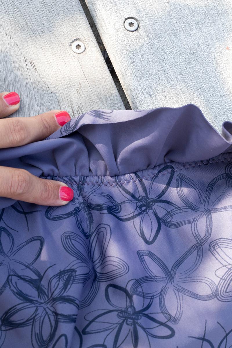 Couture du maillot de bain Calypso asymétrique à volants : finitions - Avril sur un fil