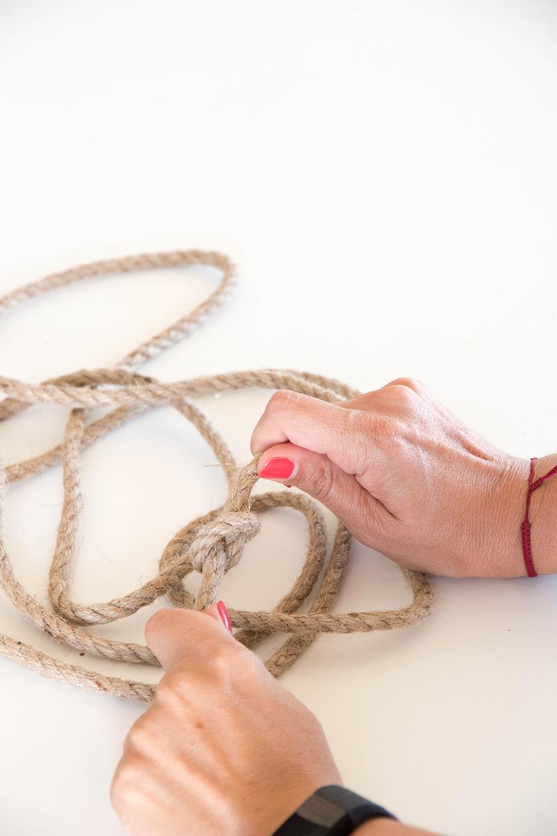 DIY étagère suspendue : fais des noeuds avec la corde tressée - Avril sur un fil