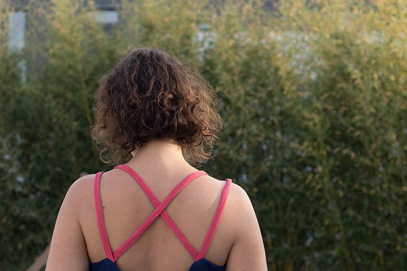 Le détail des bretelles croisées de ma robe centaurée asymétrique de Deer ans Doe - Avril sur un fil