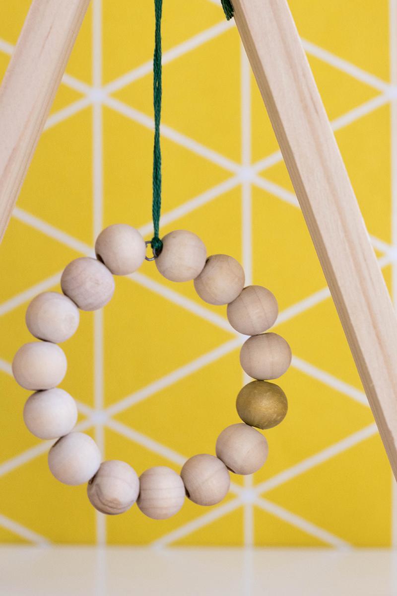 Suspension de Noël avec des perles de bois, le DIY - Avril sur un fil