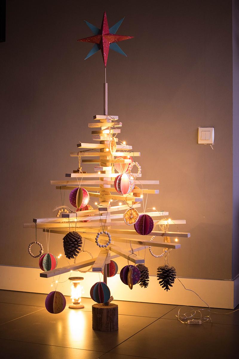 Sapin de Noël alternatif décoré - Avril sur un fil