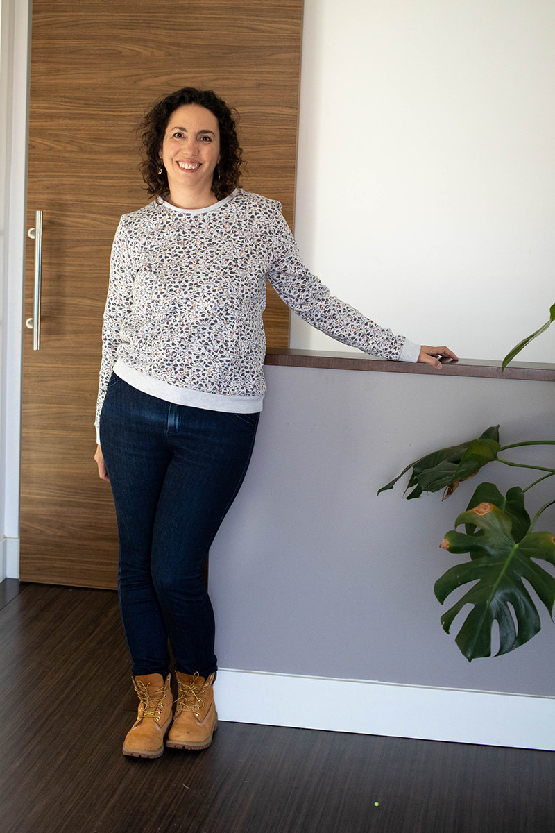Look cousu main : jean safran de Deer and Doe et sweat Courcelles de Cozy Little World - Avril sur un fil